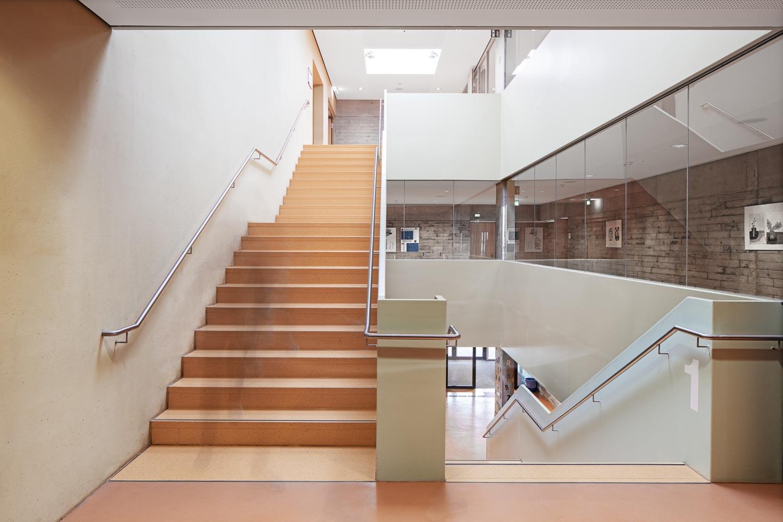 Treppenhaus in einer Schule in Pirna Architekturfotograf Ken Wagner, Batimet Oberschule Pirna Treppenhaus