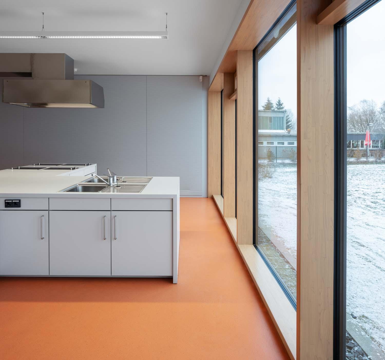Küche - Klassenzimmer in Pirna Schule - Architekturfotograf Ken Wagner, Batimet Oberschule Pirna Außenaufnahme