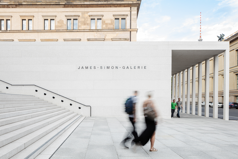 Treppe mit Fernsehturm James Simon Galerie in Berlin Architekturfotograf Ken Wagner