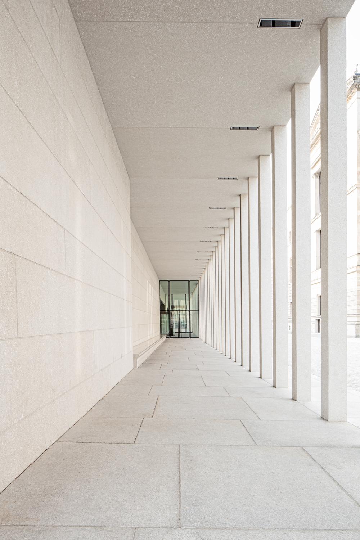 Durchgang James Simon Galerie in Berlin Architekturfotograf Ken Wagner