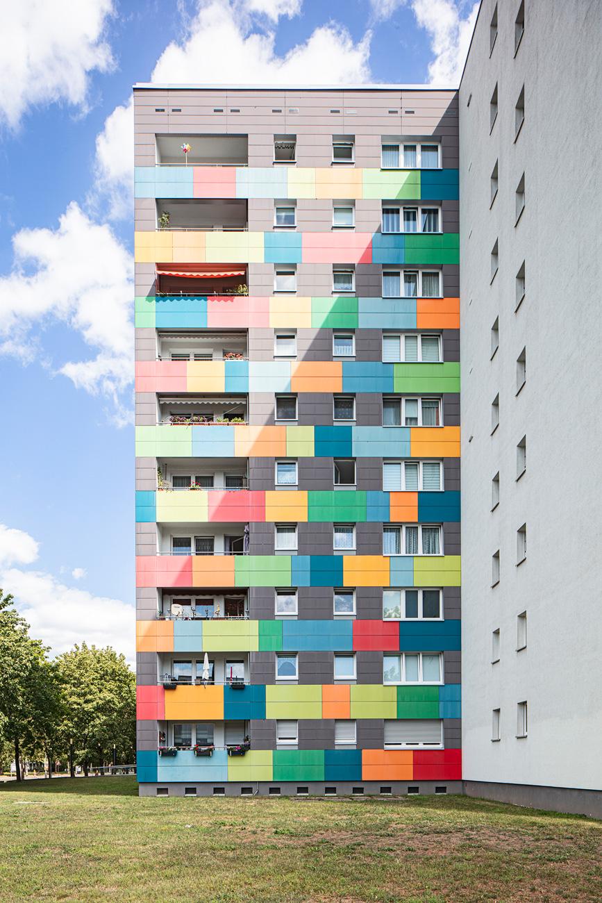 Mehrfamilienhaus mit bunten Balkonien in Dresden Immobilienfotografie