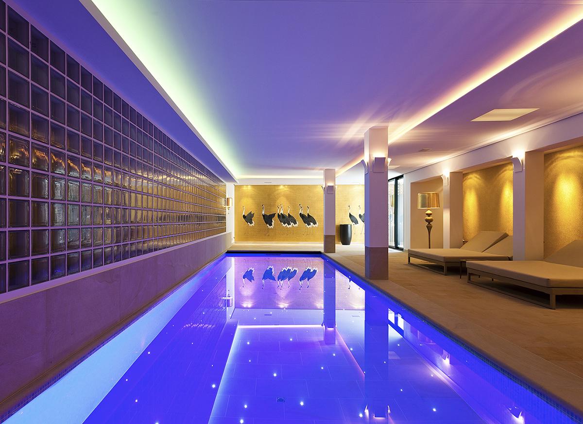 Privatbad mit Sandsteinfließen in Berlin Schwimmbadfotografie