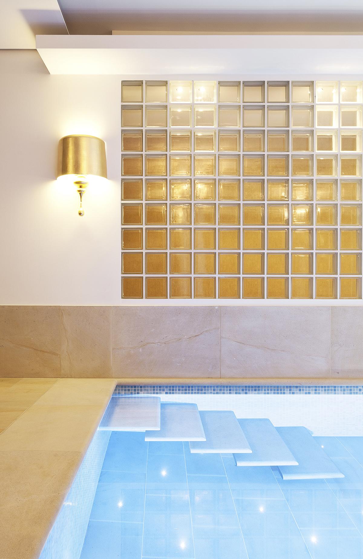 Privatbad mit frei hängende Treppe in Berlin Schwimmbadfotografie