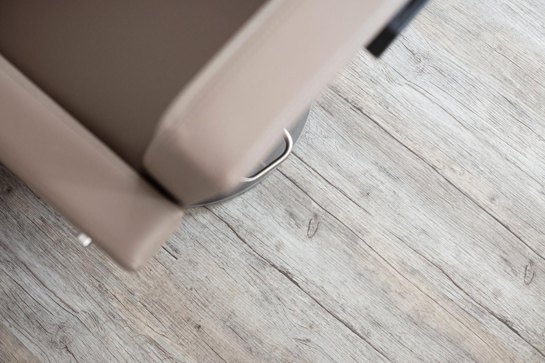Stuhl mit Bodenbelag eines Frisörs in Dresden Innenarchitekturfotografie