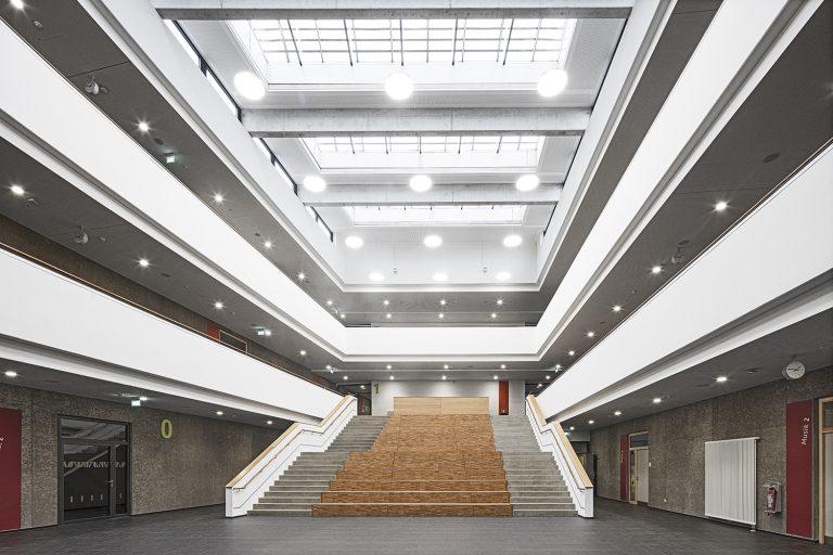 Treppenhaus Atrium im Schulcampus in Pieschen in Dresden Architekturfotografie