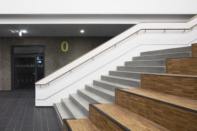 Atrium und Treppenhaus im Schulcampus in Pieschen in Dresden Außenaufnahme