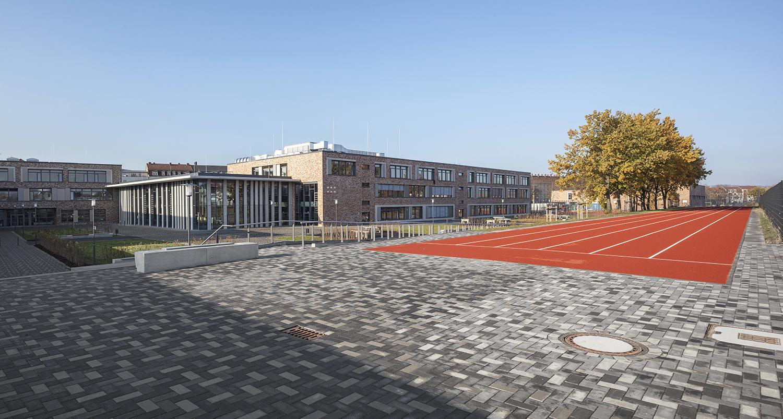 Pausenhof, Rennbahn, Mensa