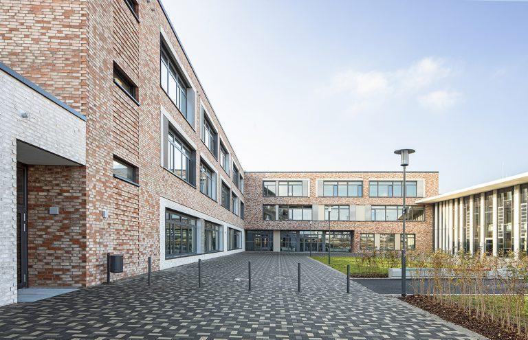 Holz- und Aluminiumglassfassade Schulcampus in Pieschen in Dresden Außenaufnahme