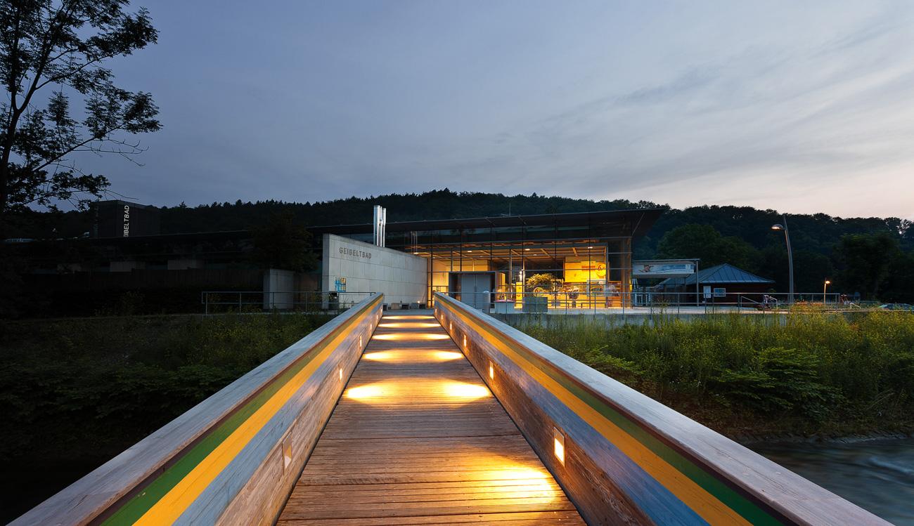 Außenaufnahme eines Schwimmbades Geibeltbad in Pirna Schwimmbadfotograf