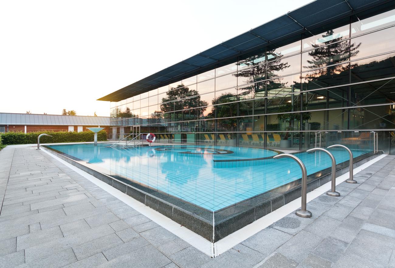 Außenbecken eines Schwimmbades Geibeltbad in Pirna Schwimmbadfotograf