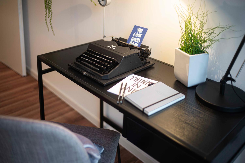 Schreibmaschine in einer Musterwohnung in Dresden