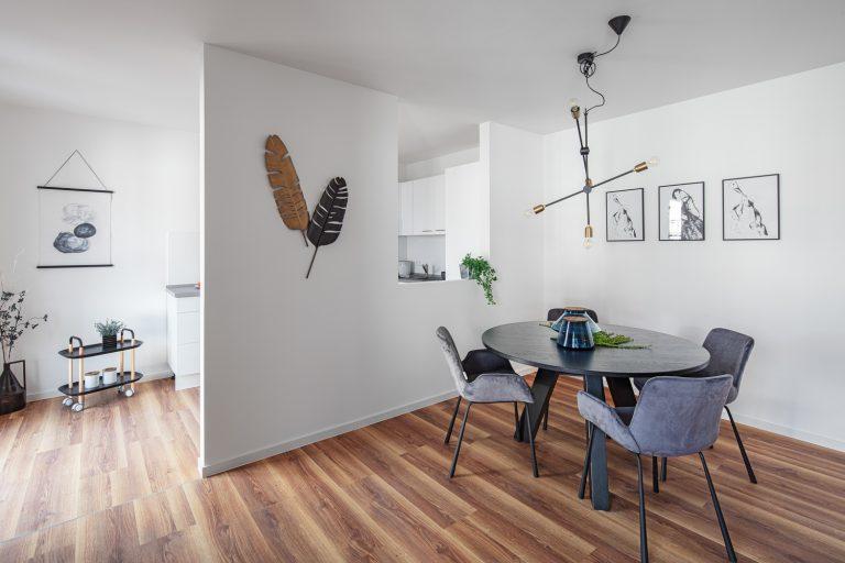 Einbauküche und Esszimmer in einer MusterwohnungMusterwohnung in Dresden Immobilienfotograf Leipzig Chemnitz Dresden