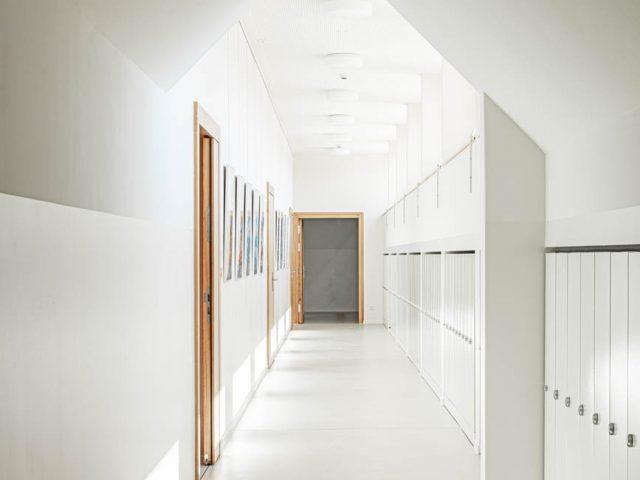 Durchgang einer Grundschule in Dresden Architekturfotografie