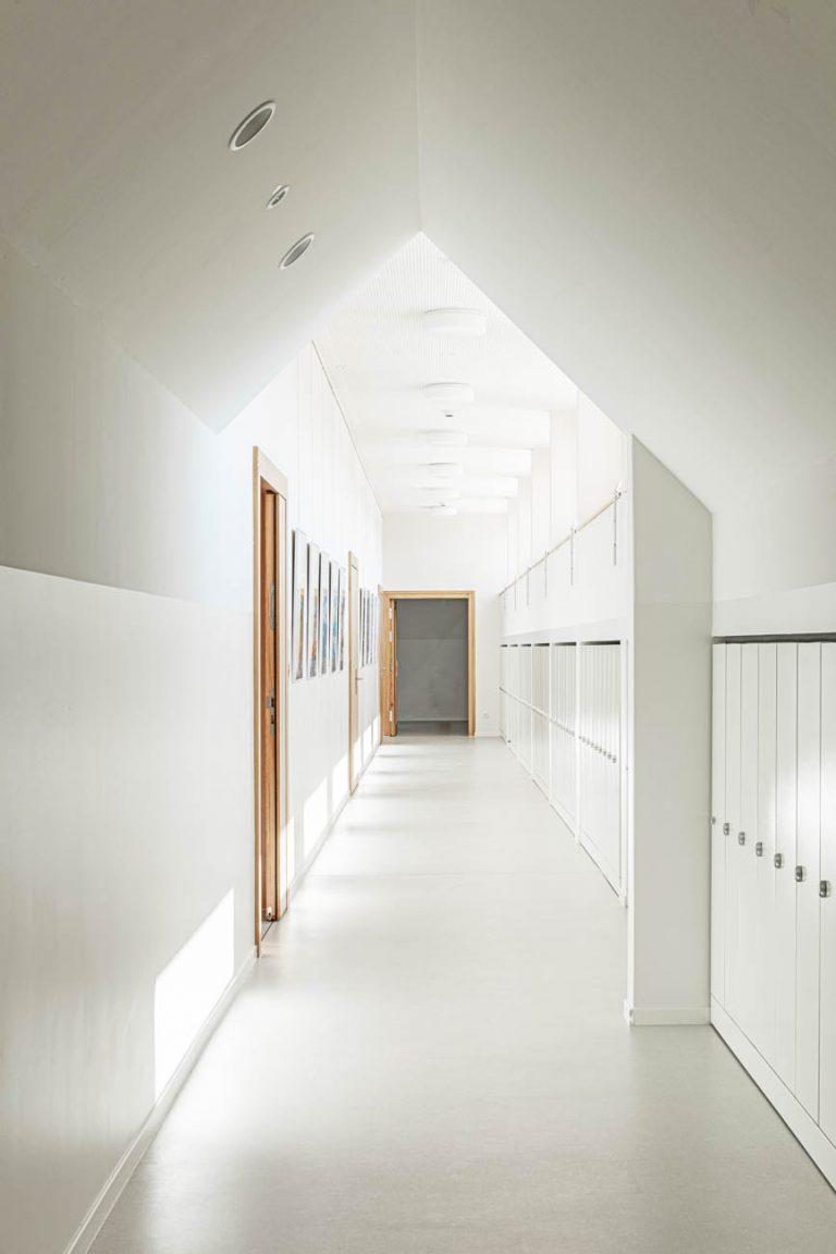 interiorfotografie-batimet-holz-alufassaden-ken-wagner-grundschule-durchgang