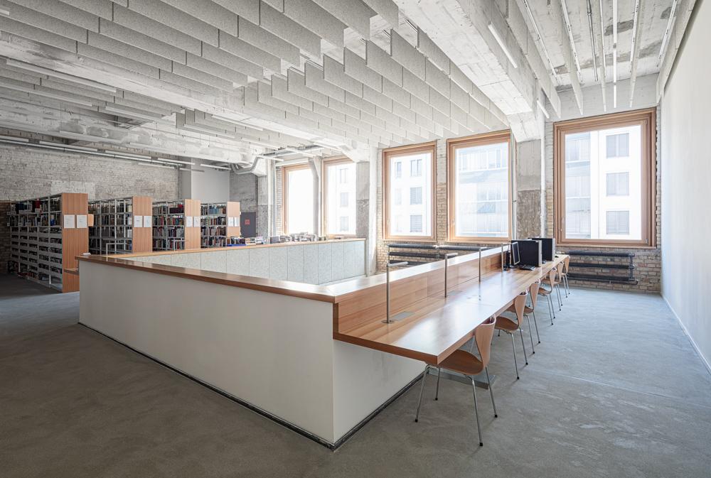 Hochschule für Schauspielkunst Ernst Busch - Bibliothek Holz - Aluminiumglasfassade - Architekturfotograf Ken Wagner Architekturbüro Ortner und Ortner