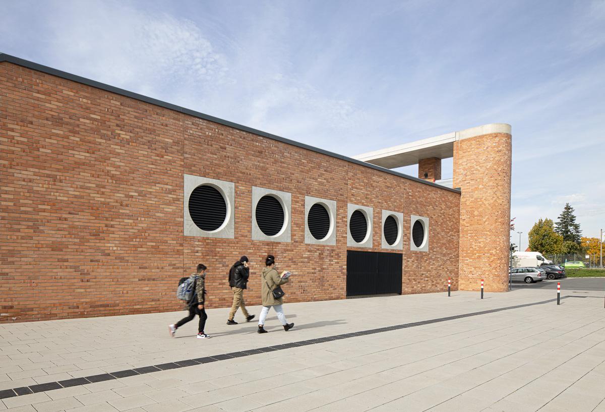 Außengelände mit Menschen, Architekturfotografie mit Menschen von Johann-Pachelbel-Realschule Architektur Ken Wagner