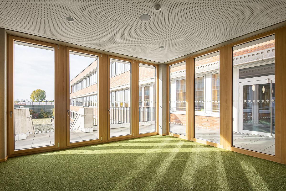 Holz Fensterbau Müller aus Essen, Bibliothek Holzfassaden - Ausschnitt - Architekturfotografie von Johann-Pachelbel-Realschule in Nürnberg, Architekturfotograf Ken Wagner