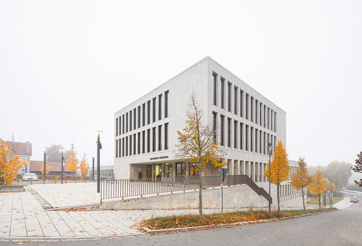 Amtsgericht in Günzburg bei München im Morgennebel im Herbst - Architekturfotograf Ken Wagner