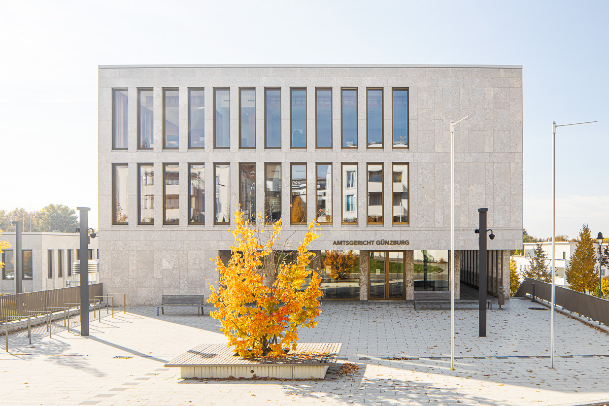Haupteingang Amtsgericht Günzburg bei Sonne - Architekturfotograf Ken Wagner