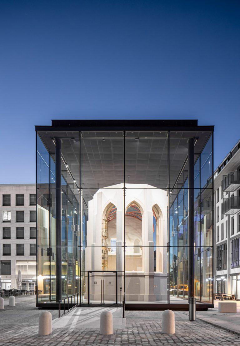 Sophienkirche Denkraum in der blauen Stunde Dresden Postplatz Glaskasten