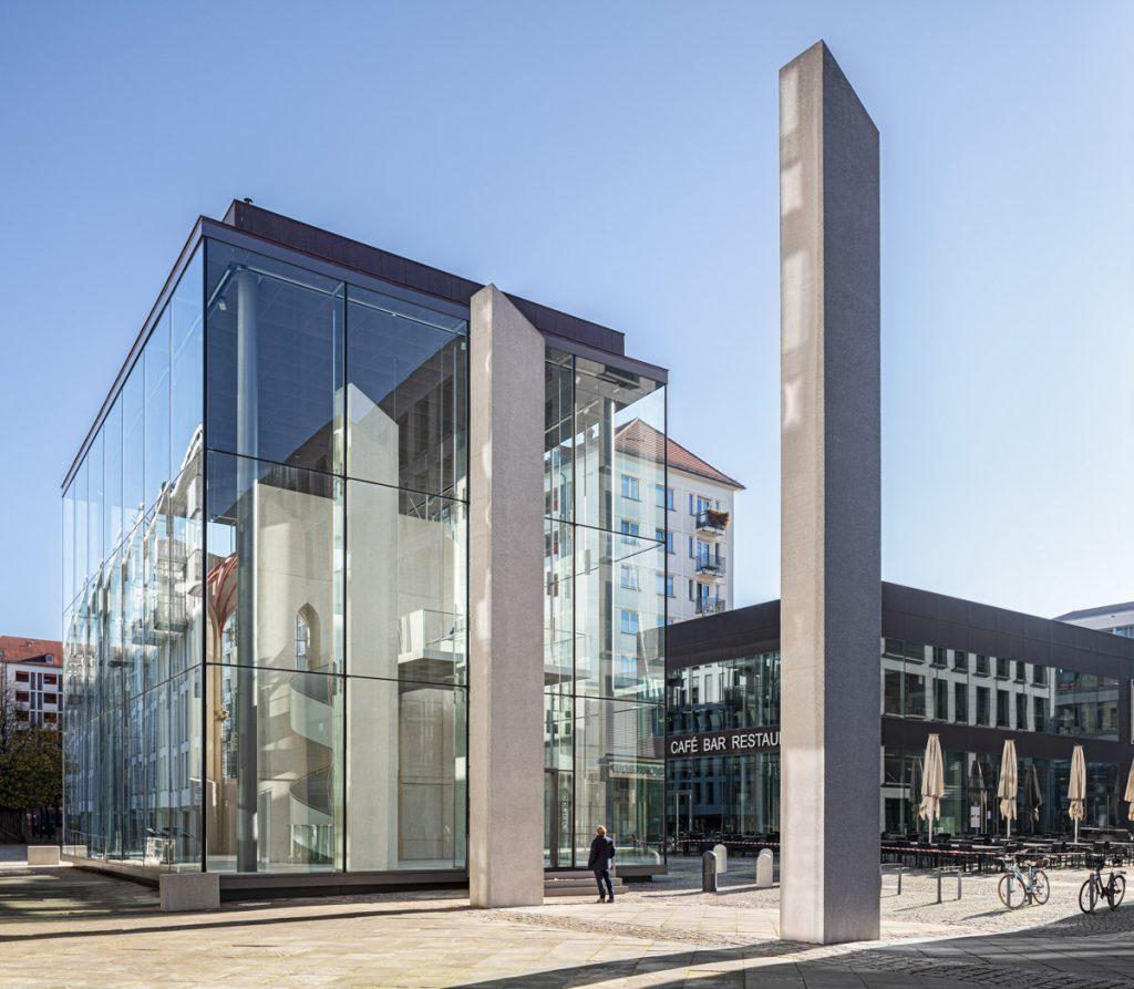 Sophienkirche Denkraum bei Mittag Dresden Postplatz Glaskasten