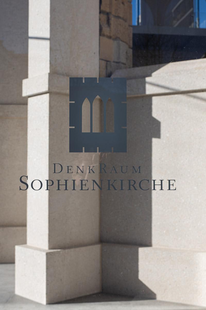 Logo Sophienkirche Denkraum bei Mittag Dresden Postplatz Glaskasten