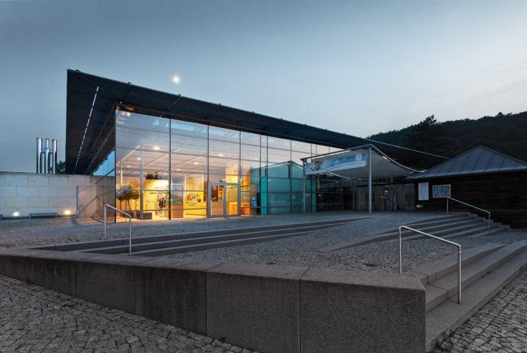 Architekturfotografie und Schwimmbadfotografie im Geibeltbad am Abend in Pirna